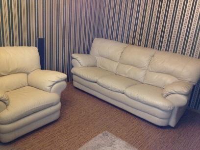 Комплект итальянской кожаной мебели: диван и два кресла.